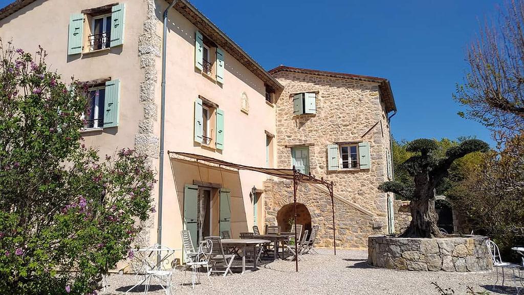 façade en pierre de l'Escale Provençale