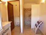 Salle de douche avec douche à l'italienne, wc séparés.