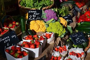 Marché à Fayence avec des produits locaux, régionaux