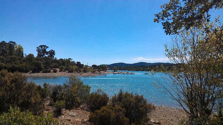 Lac de Saint-Cassien près de l'Escale Provençale